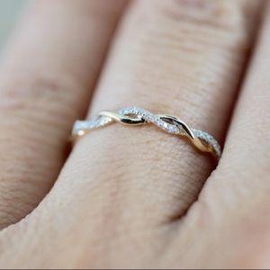 Jewelry - 🆕 Twisted Diamond Gold Band Fashion Ring